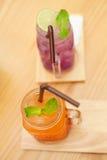 Фиолетовый и апельсиновый сок Стоковая Фотография