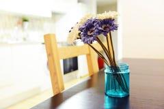 Фиолетовый и белый букет gerberas в голубой вазе на деревянном столе Стоковые Фото