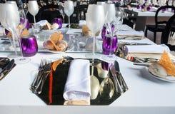 Фиолетовый и белый комплект таблицы Стоковое Изображение