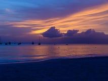 Фиолетовый и желтый заход солнца на пляже Стоковые Изображения RF