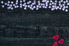 Фиолетовый и красный деревянный стол сердца Стоковая Фотография