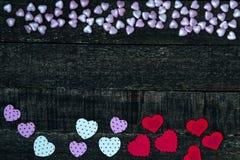 Фиолетовый и красный деревянный стол сердца Стоковая Фотография RF