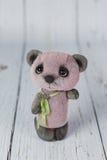 Фиолетовый плюшевый медвежонок художника в розовом платье одном вида Стоковые Фотографии RF