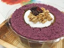 Фиолетовый торт крена батата с хлопьями Стоковая Фотография RF