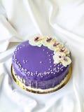 Фиолетовый торт с вкусными цветками Стоковое фото RF