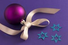 Фиолетовый шарик рождества с звездами и серой лентой Стоковое фото RF
