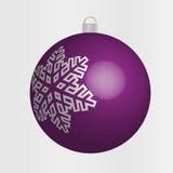 Фиолетовый шарик рождества с серебряной снежинкой Стоковое Изображение RF