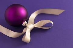 Фиолетовый шарик рождества с серой лентой Стоковое Фото