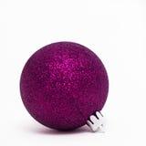 Фиолетовый шарик рождества стоковые изображения rf