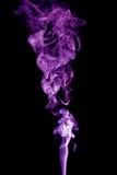 Фиолетовый дым на черной предпосылке Стоковое фото RF