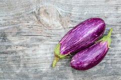 2 фиолетовых баклажана на деревянной доске Стоковые Фото