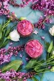 2 фиолетовых пирожного с фиолетовыми сиренью и белой розой Стоковое фото RF