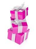 3 фиолетовых подарочной коробки с серебряными лентой и смычком Стоковые Фото