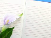 Фиолет тетради и красивого calla искусственный цветет букет Стоковое Изображение RF