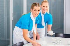 Фирма обслуживающая на выезде подготавливая бизнес-ланч Стоковые Фотографии RF