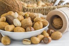 Фисташка, арахисы, миндалины, фундуки, грецкие орехи, гайки Бразилии, co Стоковые Фото