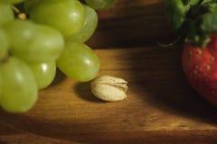 Фисташки, который побежали далеко от виноградин Стоковое Изображение RF