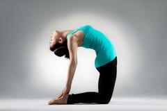 Фитнеса женщины тела руки ОН назад на подошвах Стоковые Изображения RF