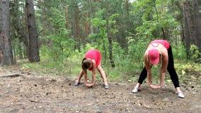 Фитнеса замедленное движение мамы и дочери outdoors акции видеоматериалы