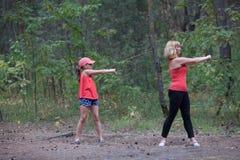 Фитнеса мама и дочь outdoors Стоковое Изображение RF