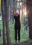 Фитнес в лесе в вечере Стоковые Фото