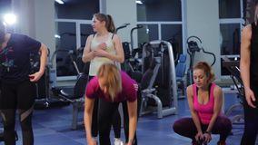 Фитнес группы в спортзале акции видеоматериалы
