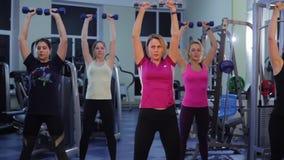 Фитнес группы в спортзале сток-видео