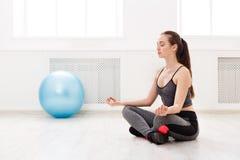Фитнес, женщина на йоге тренируя внутри помещения Стоковая Фотография