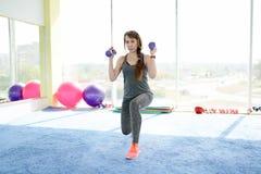 Фитнес женщины красивая кавказская старшая женщина делая тренировку в спортзале o стоковое изображение