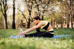 Фитнес женщины протягивая ноги внешние Стоковые Изображения RF