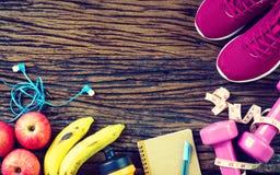 Фитнес, здоровая, активная концепция образов жизни, гантели, спорт Стоковые Фотографии RF