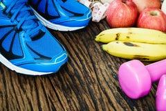 Фитнес, здоровая активная концепция образов жизни, гантели, спорт Стоковые Фотографии RF