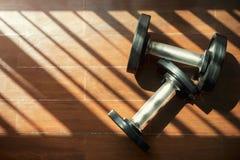 Фитнес и здоровая концепция Гантели на поле с тенью и Стоковые Фото
