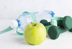 Фитнес и диетическая еда на белой предпосылке Стоковое Изображение RF