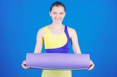 Фитнес и протягивать Протягивать мышцы Тренер йоги спортсмена Концепция занятий йогой Сбалансируйте вашу жизнь Йога как хобби и стоковое изображение