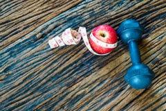 Фитнес, концепция образов жизни здоровой еды активная, гантели Стоковая Фотография RF