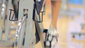 Фитнес: колесо и педали велотренажера закручивая сток-видео