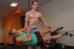Фитнес - молодая пара практикуя в малом спортзале Стоковое фото RF