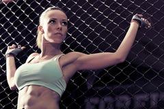 Фитнес молодой женщины в kickboxing клетке тренировки Стоковые Изображения RF