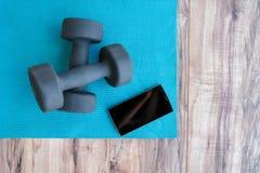 Фитнес на мобильном телефоне app циновки йоги дом-весов Стоковая Фотография RF