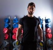 Фитнес разминки человека гантели на спортзале Стоковые Изображения RF