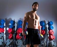 Фитнес разминки человека гантели на спортзале Стоковое фото RF