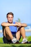 Фитнес резвится человек спортсмена ослабляя после тренировки стоковые фото