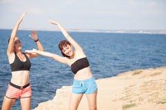 Фитнес 2 спорт игры девушек на пляже Стоковая Фотография