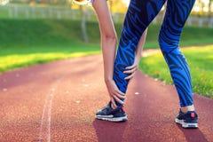 Фитнес, спорт, работать и здоровая концепция образа жизни - детеныш стоковые фотографии rf