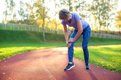 Фитнес, спорт, работать и здоровая концепция образа жизни - детеныш стоковые изображения rf