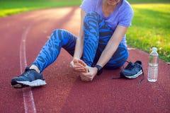 Фитнес, спорт, работать и здоровая концепция образа жизни - детеныш стоковая фотография rf