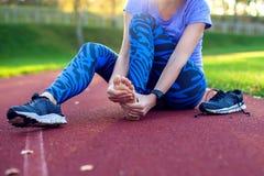 Фитнес, спорт, работать и здоровая концепция образа жизни - детеныш стоковая фотография