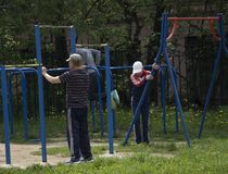 Фитнес, спорт, работающ, концепция тренировки и образа жизни - молодой человек делая трицепс окунает на параллельных брусьях outd стоковое фото rf
