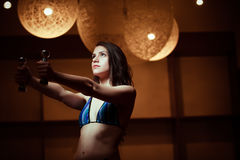 Фитнес, спорт, сила поднимая sporty работать женщины Низкая ключевая женщина фитнеса разрабатывая с гантелями Стоковое фото RF